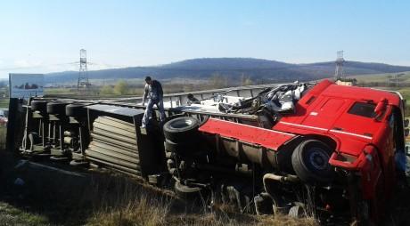 TIR RĂSTURNAT PE DN66. Șoferul a fost rănit ușor
