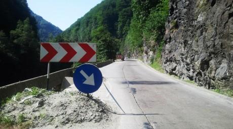 În Defileul Jiului cad bolovani! DN 66 a fost blocat