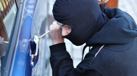 Doi hunedoreni s-au ales cu dosare penale după ce au furat o mașină
