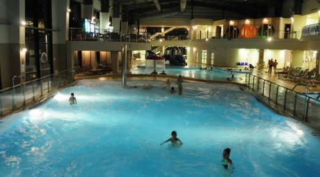 Elevii deveni vor plăti pentru relaxare în weekend. Consiliul Local Deva permite accesul gratuit la Aqualand doar de luni până vineri