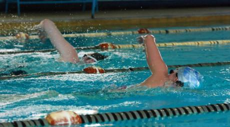 Competiţie de înot pentru tinerii cu nevoi speciale