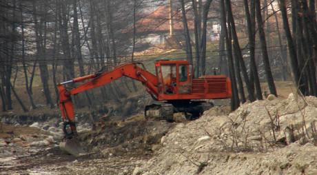 La un pas de moarte după ce s-a răsturnat cu excavatorul