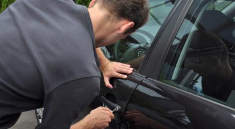 Un minor de Petroșani a spart peste 40 de autoturisme