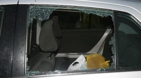 Au spart geamul unei mașini de lux și au furat o geantă. Surpriza pe care au avut-o hoții când au ajuns acasă