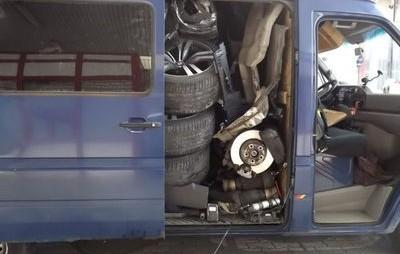 Un român a reuşit să înghesuie un BMW X6 într-o furgonetă Mercedes Sprinter. Ungurii n-au mai văzut aşa ceva la graniţă. FOTO