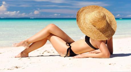 Ochelari de soare, pălărie și cremă de protecție – gata pentru plajă!
