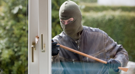 O comună din vestul țării este terorizată de spărgătorii de case