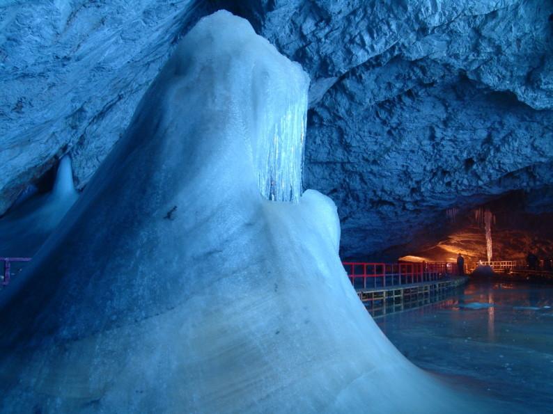 Interior-Ghetarul-scarisoara-2