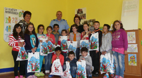 Jandarmii hunedoreni au oferit cadouri copiilor cu nevoi speciale