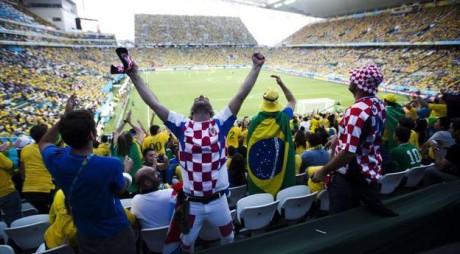 Campionatul Mondial de Fotbal 2014 din Brazilia a început. Primul meci, Brazilia – Croaţia 3-1, s-a terminat cu scandal