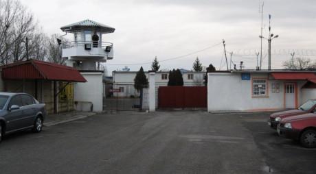 FC Hunedoara, meci demonstrativ în compania deținuților de la Penitenciarul Bârcea Mare