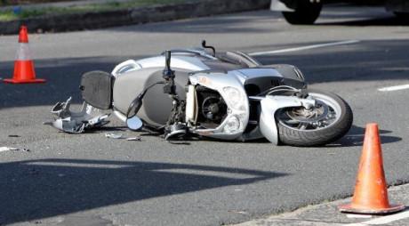 Un mopedist beat şi fără permis, a provocat un accident rutier