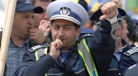 Poliţiştii ies în stradă. Acţiuni de protest în faţa Ministerului