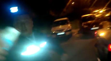 Scene uimitoare în România: bărbat lovit şi atacat cu spray paralizant de un poliţist, pentru că îl filma