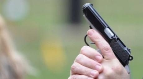 Scandal cu focuri de armă | Un tânăr a fost împușcat în față cu un pistol cu aer comprimat