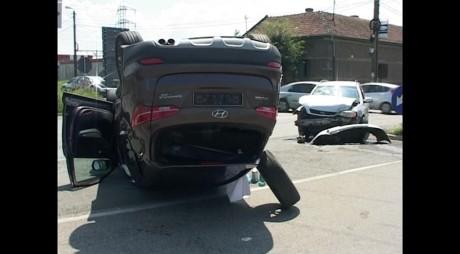 SPECTACULOS! Un Opel a întors cu roțile în sus o mașină de teren