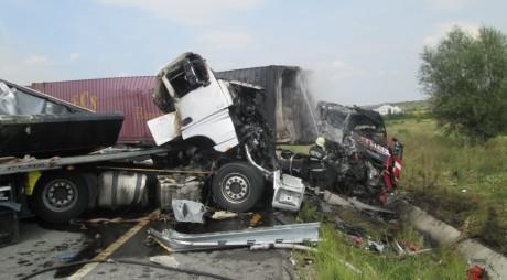 TRAGEDIE | Două tiruri s-au ciocnit frontal, iar unul dintre șoferi a murit carbonizat