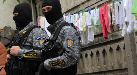"""7 bărbați care făceau legea în """"ghetoul violenței"""" au fost reținuți"""