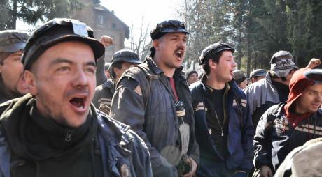 Peste 600 de mineri PROTESTEAZĂ în faţa CEH aşteptând întâlnirea cu ministrul GEREA