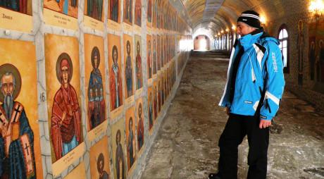 DESTINAȚIE: HUNEDOARA   Tunelul celor 365 de sfinți, la schitul Straja