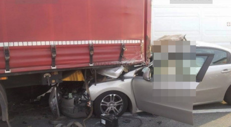 ACCIDENT MORTAL pe DN 7. O mașină a intrat sub un TIR
