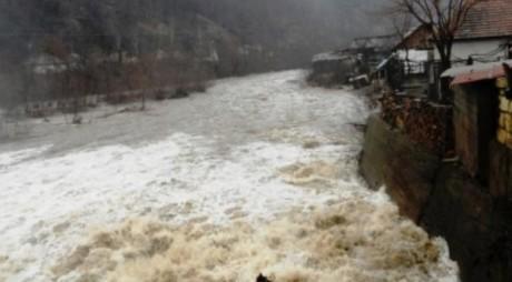 Ajutor de la Guvern pentru hunedoreni cu gospodării afectate de inundații, incendii sau alunecări de teren