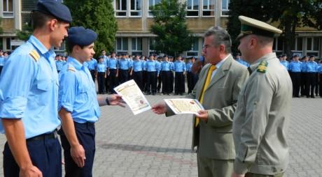 Elevi militari premiați de o asociație din județul Hunedoara