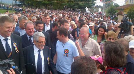 Iohannis oficial în campanie, baie de mulțime la Țebea