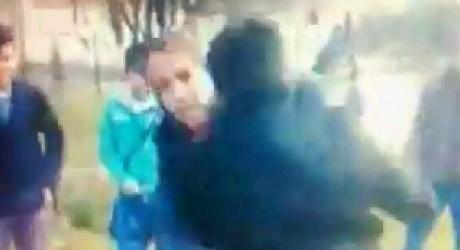 VIDEO | Elevi FILMAŢI de colegi în timp ce se bat cu pumnii şi picioarele!