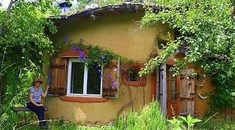 De la lux, la lut. Află cum şi-a construit casa o româncă