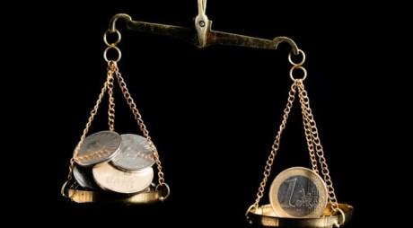 BCR: Cursul de schimb ar putea depăşi 4,6 lei/euro în 2015 din cauza unor posibile tensiuni politice