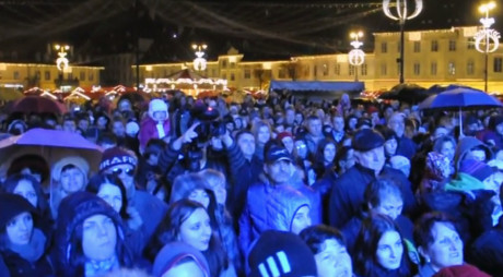 VIDEO   Peste 3.000 de sibieni au cântat imnul împreună cu Iohannis