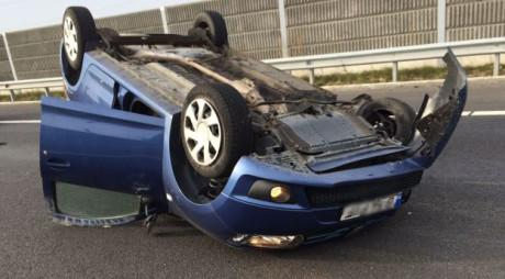SPECTACULOS! O maşină s-a RĂSTURNAT pe AUTOSTRADA A1