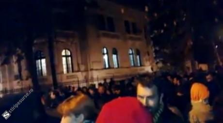 VIDEO | Protest cu sute de oameni în faţa Ministerului Afacerilor Externe