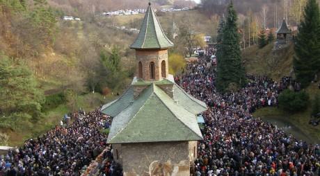 Mii de pelerini aşteptaţi la mormântul Părintelui Arsenie Boca