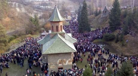 Trei zile de pelerinaj la Mănăstirea Prislop. Peste 30.000 de oameni s-au rugat la mormântul lui Arsenie Boca