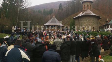 15.000 de pelerini s-au închinat la mormântul lui ARSENIE BOCA