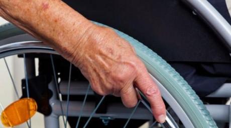 ŞOCANT! O bătrână a murit după ce a fost împinsă pe scări