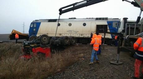 ACCIDENT: Un TIR s-a RĂSTURNAT pe calea ferată