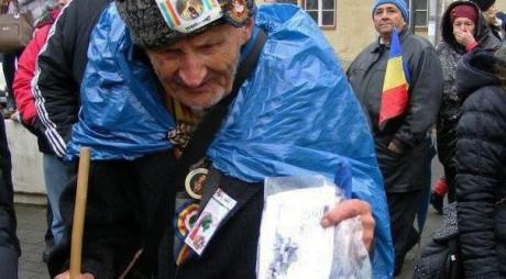 Hunedoara. Povestea unui bătrân de 95 de ani care asistă an de an la parada de la Alba Iulia