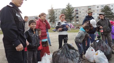 Cadouri de la pompieri pentru copiii şi bătrânii săraci