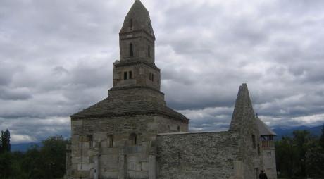 DENSUȘ, județul Hunedoara | Lăcașul de cult cu pietre funerare în ziduri