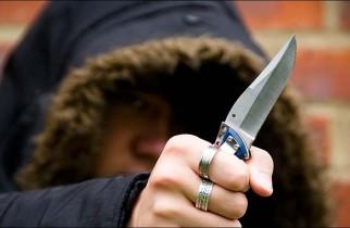 Elev amenințat cu cuțitul în curtea unui liceu