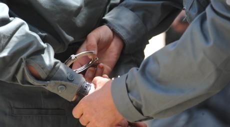 Vulcănean arestat după ce a băgat în spital un paznic. L-a lovit cu o piatră în cap
