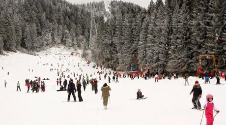 Peste 3.000 de turişti pe pârtiile din STRAJA, cu zăpadă de peste jumătate de metru