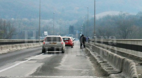 Firme amendate pentru gropile de pe podul de la Șoimuș