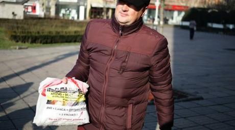 Protest INEDIT: un timișorean cu credit în franci elvețieni a plătit o parte din rată în monede de 10 și 50 de bani