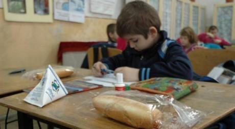 Elevii ar putea să nu mai primească lapte şi corn la şcoală