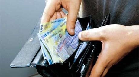 Gest de omenie! A predat Poliţiei un portofel plin cu bani
