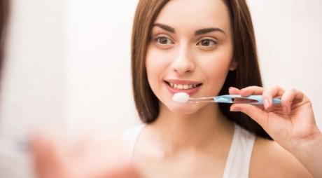 Efect uimitor. Ce se întâmplă dacă te speli pe dinţi cu sare de mare şi bicarbonat